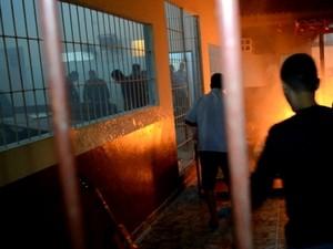 Adolescentes queimam colchão e fazem reféns em rebelião em Jaru, RO (Foto: Maico Gean/Jaru Online)