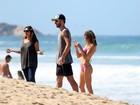 Fernanda Lima e Rodrigo Hilbert curtem dia de praia com os filhos