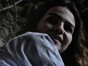 Anita ouve a voz de Ben e se anima (Foto: Malhação / TV Globo)