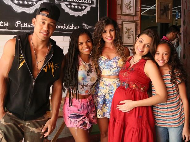 Paula Fernandes posa com os atores nos bastidores (Foto: Carol Caminha / TV Globo)