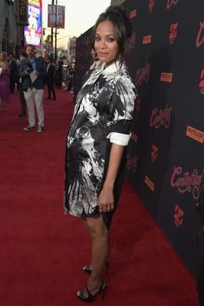 Zoe Saldana, grávida, em première de filme em Los Angeles, nos Estados Unidos (Foto: Jason Kempin/ Getty Images/ AFP)