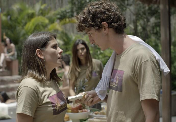 Cesário dá dinheiro para Rosa, e Luana vê (Foto: TV Globo)