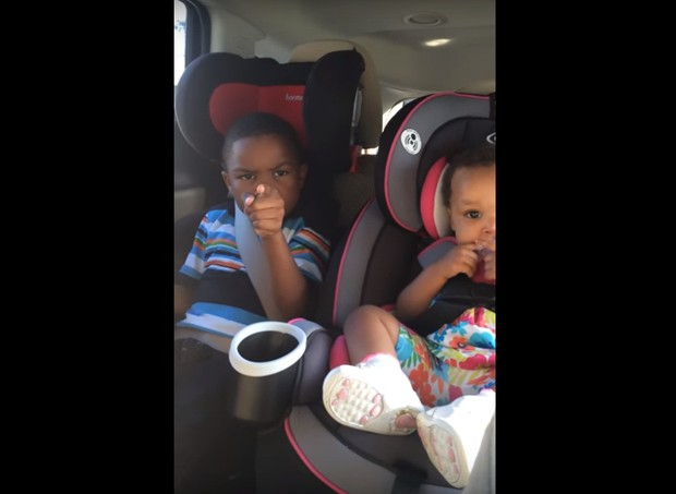 """""""Que tipo de bebê você tem aí?"""", ele perguntou à mãe (Foto: Reprodução/Youtube)"""