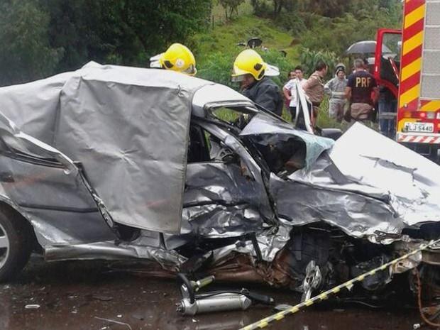 Um homem morreu num acidente entre um Gol e um Fox em Xaxim (Foto: Polícia Rodoviária Federal/Divulgação)