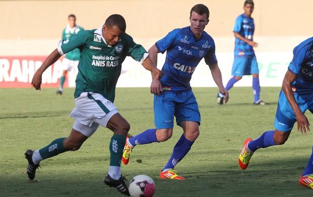 Rodrigo Thieseen e Vítor - Goiás x Avaí (Foto: Diomício Gomes / O Popular)