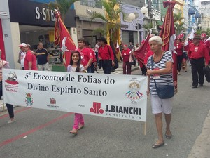 Devotos do Divino percorrem até o Largo do Rosário para o encontro de Folias do Divino (Foto: Maria Salas/ divulgação)