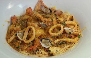 Espaguete de lulas e camarões com açafrão