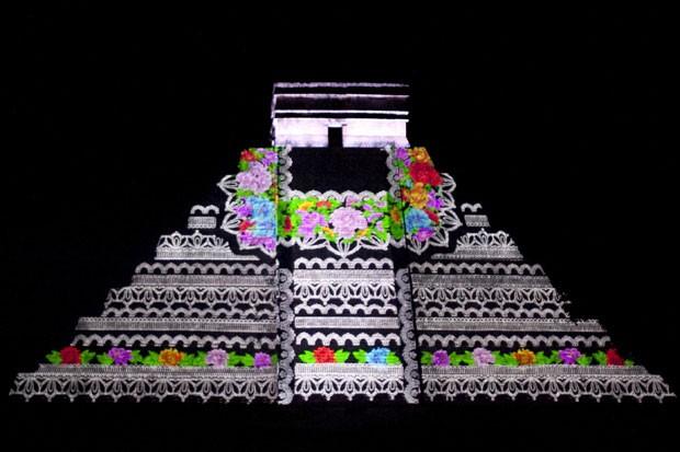 A pirâmide de Kukulkan, no México, iluminada pela projeção (Foto: Lorenzo Hernandez/Reuters)