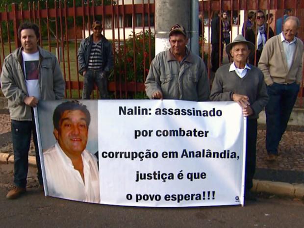 Parentes e amigos do vereador levaram cartazes ao Fórum de Itirapina para protestar (Foto: Cesar Fontenele/EPTV)