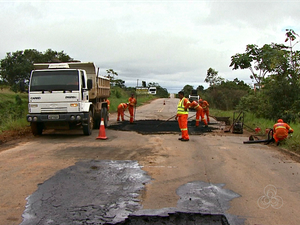 Até o momento, equipes do Dnit estão fazendo apenas reparos na BR (Foto: Reprodução/Rede Amazônica Acre)