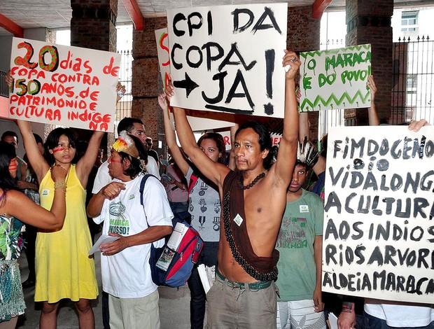 protesto Maracanã índios Licitação (Foto: Nelson Veiga / Globoesporte.com)