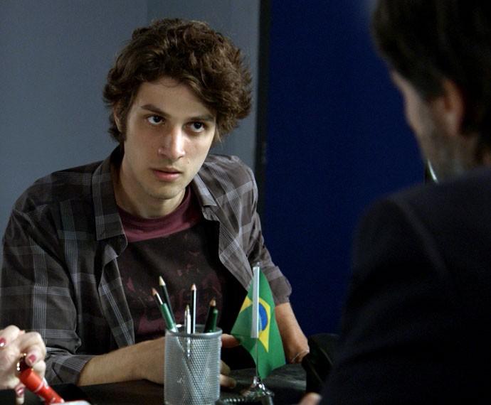 Rafa avisa a delegado que ele é vítima de uma armação (Foto: TV Globo)