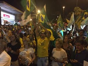 Manifestantes fecharam o trânsito em avenida na frente do MPF em Campo Grande (Foto: Alysson Maruyama/TV Morena)