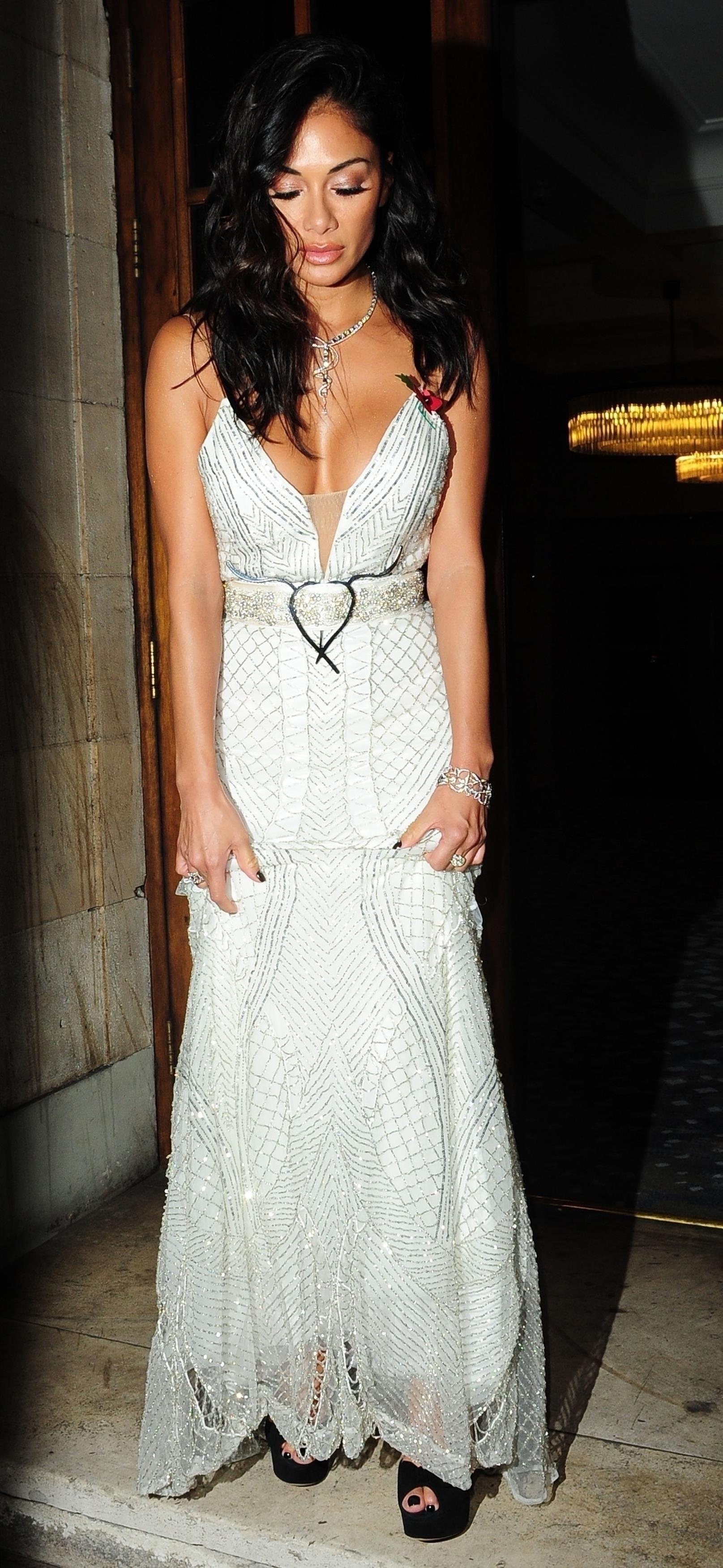 Nicole Scherzinger rouba a cena com look sexy em Londres  (Foto: BACKGRID)