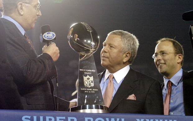 Robert Kraft em foto de 2005, durante comemoração pela conquista do Super Bowl (Foto: Getty Images)