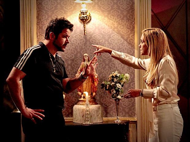 Carminha resolve contar os podres de Nina para o marido (Foto: Avenida Brasil / TV Globo)