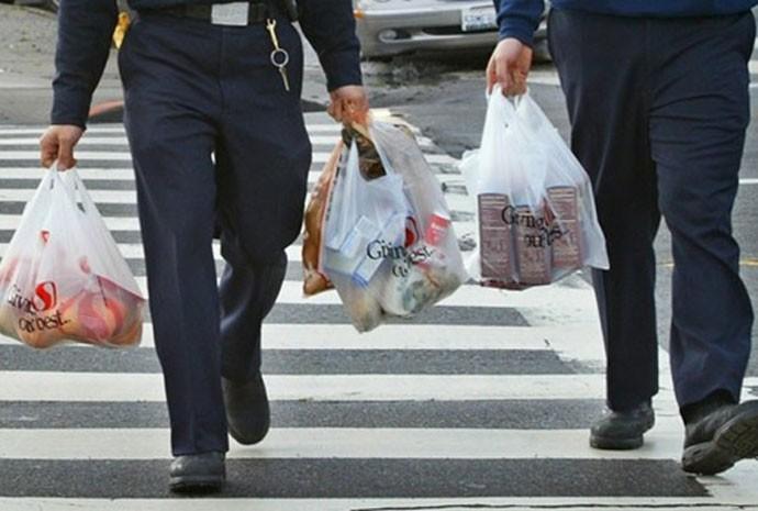 Homens carregam sacolas de compras_corte690