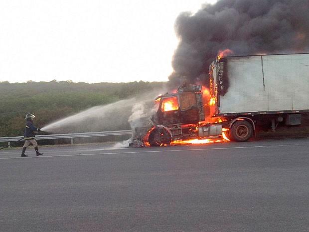 Carreta pega fogo após batida com motocicleta na Bahia (Foto:  Josafá Oliveira / Blog Marcos Frahm)