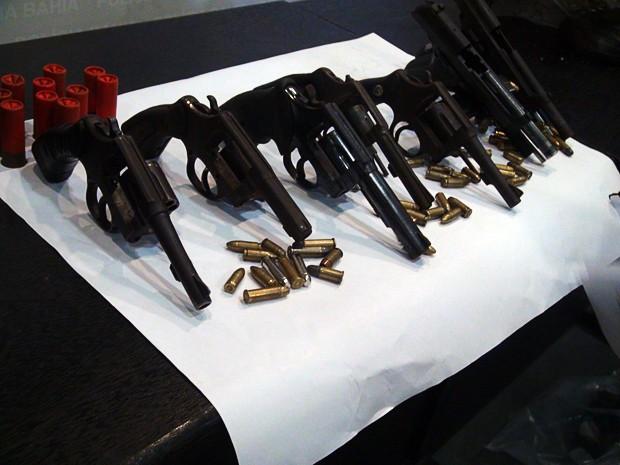 Armas e munições achadas com quadrilha de chachina na Valéria, em Salvador (Foto: Ruan Melo/G1 BA)