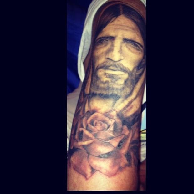 Muito EGO - Monique Evans mostra tatuagem que cobriu o braço direito  JS31