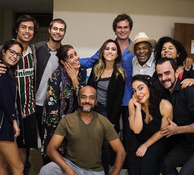 Francisco Vitti e Amanda de Godoi (esq) posam com famosos após peça (Foto: Reprodução/Instagram)