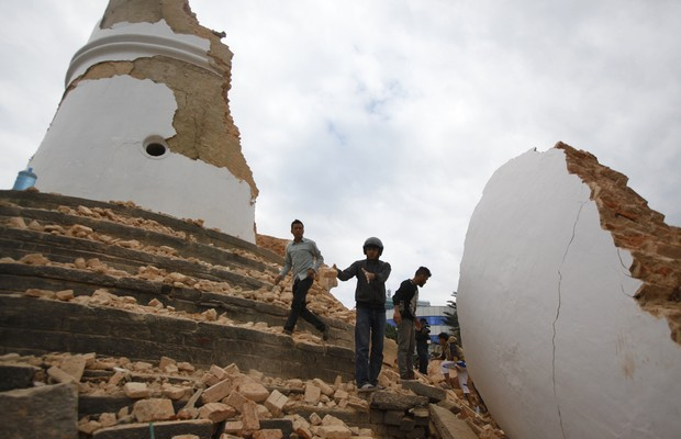 Terremoto deixa centenas de mortos na Índia e Nepal. Na foto, Kathmandu, Nepal. (Foto: Niranjan Shrestha/AP)