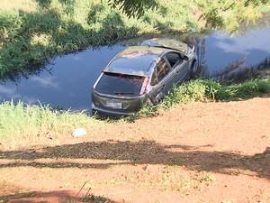 Carro caiu em canal da Avenida Lucaia, em Salvador, Bahia (Foto: Reprodução/ TV Bahia)