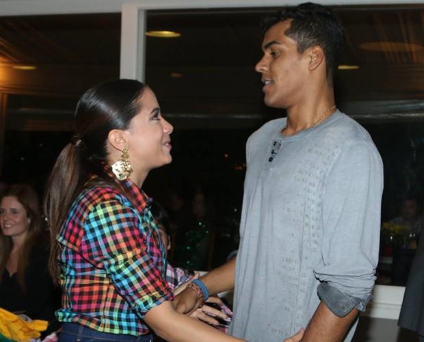 Anitta dá seus parabéns a Marcello Melo Jr. (Foto: Francisco Freitas)