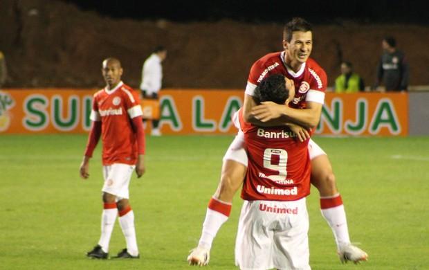 Leandro Damião amplia para o Inter e comemora com Índio (Foto: Diego Guichard/GLOBOESPORTE.COM)
