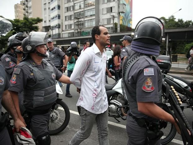 manifestante é detido antes de protesto na Paulista (Foto: Marcelo Brandt/G1)