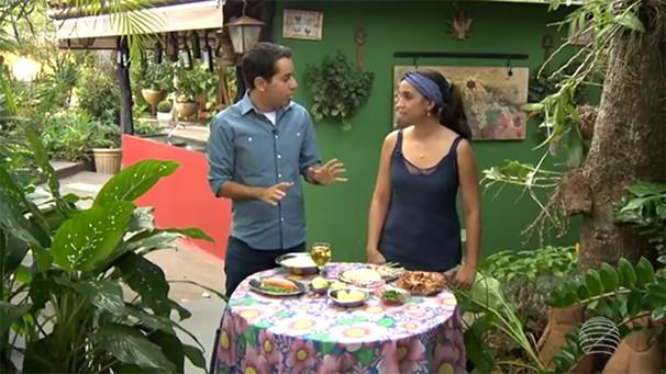 O repórter Lélio Ramos confere o preparo do risoto de linguiça cuiabana (Foto: Reprodução TV Fronteira)