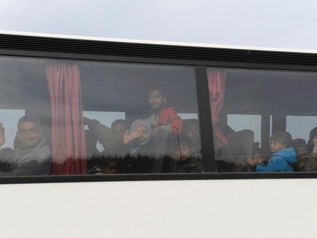 Migrantes que viviam em Idomeni são transferidos para outros campos em ônibus (Foto: Alexandros Avramidis/Reuters)