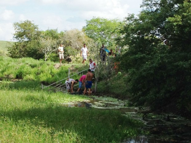 Populares realizaram buscas e resgataram o corpo da vítima  (Foto: Jornal@NossaVoz)