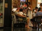 Márcio Garcia passeia com a família em shopping no Rio