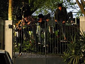 Débora e Bernardo roubam uma casa (Foto: Malhação / TV Globo)