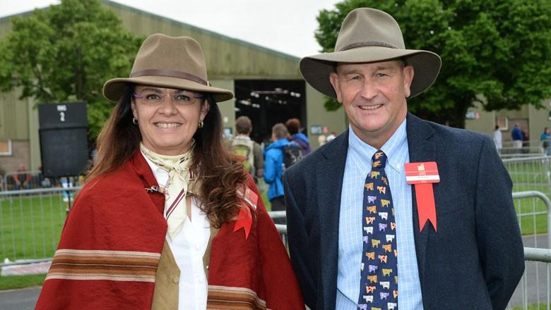 Cirne Lima, juíza do gado devon. Ao lado dela, Ted Laurie, juiz australiano de devon (Foto: Divulgação)
