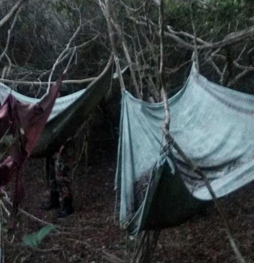 Polícia Militar encontrou redes e colchões na mata do Parque das Dunas, em Natal (Foto: Divulgação/CIPAM )