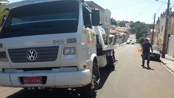 O telespectador Henrique Fogaça enviou sua colaboração através do aplicativo. A foto mostra um caminhão que afundou no asfalto em uma via pública (Foto: Henrique Fogaça)