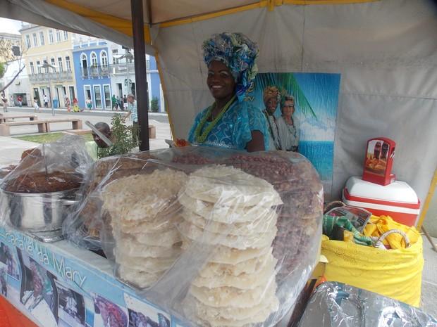 Mary com o tabuleiro repleto de elementos da culinária baiana (Foto: Denise Paixão/G1)