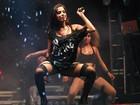 Anitta deixa pernas de fora e usa cinta-liga em show em São Paulo