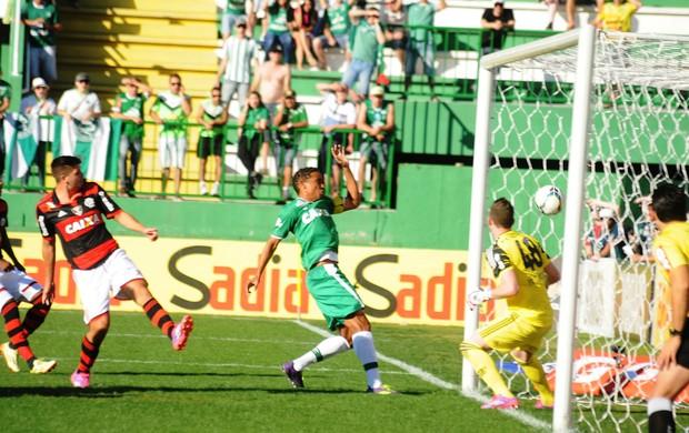 Rafael Lima marca contra o Flamengo (Foto: Cleberson Silva/Chapecoense)