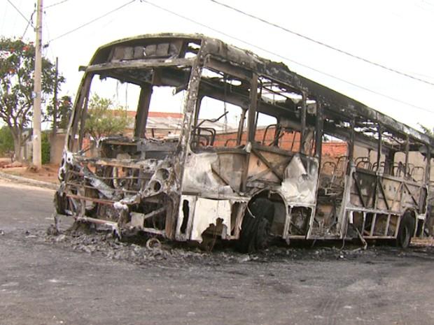 Ônibus incendiado no Parque Valença II em Campinas (Foto: Reprodução EPTV)