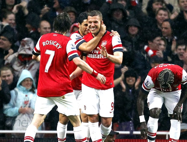 Lukas Podolski comemoração Arsenal Wigan (Foto: AFP)