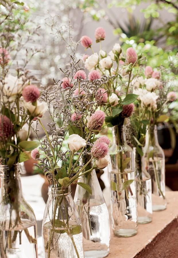Por mais que a data seja importante, economizar é sempre necessário. Reaproveite as garrafas de vidro transparente usadas em sua casa e transforme-as em charmosos vasos de flores. (Foto: Elisa Correa/Casa e Comida)