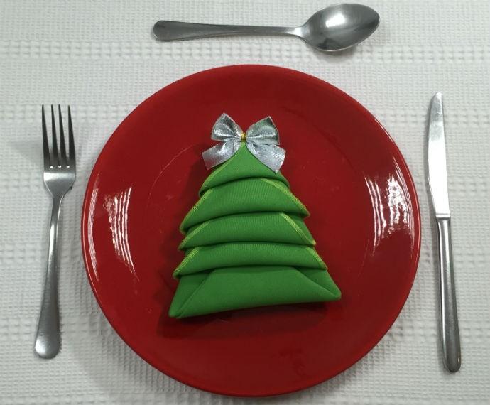 Faça em casa: Guardanapo em forma de árvore de Natal - 690x570 (Foto: Renata Viot/Gshow)