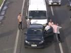 Motorista avança carro contra homem após briga no trânsito; assista vídeo