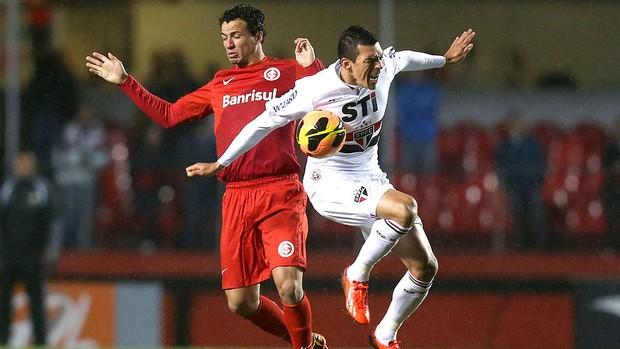 Leandro Damião e Lucio no jogo São Paulo e Internacional (Foto: Alex Silva / Ag. estado)