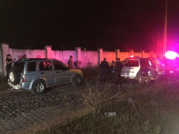 Corpo de comerciante foi encontrado dentro do carro dele com marca de tiro (Foto: Kléber Teixeira/Inter TV Cabugi)