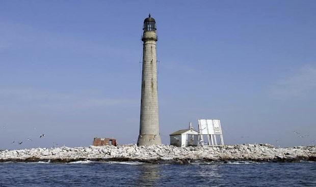 Com apenas quatro metros acima do nível do mar, a ilha de 9,5 km conta com um farol construído em 1855 (Foto: Jeremy D'Entremont/U.S. General Services Administration/AP)