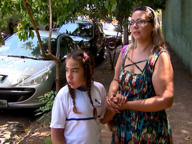 Sem professor de apoio, Kauana Pacheco, de 11 anos, fica apenas meio período na escola. Ao seu lado, a mãe Ângela Carine Pacheco (Foto: Ronaldo Gomes/EPTV)